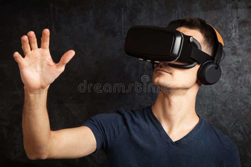 Homme employant des lunettes de VR photos stock