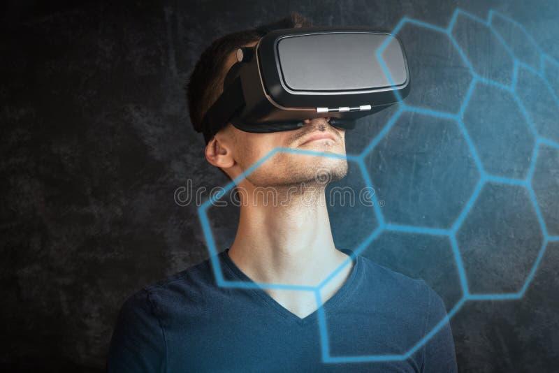 Homme employant des lunettes de VR image libre de droits