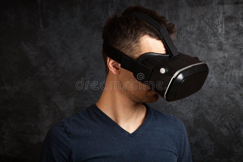 Homme employant des lunettes de VR image stock