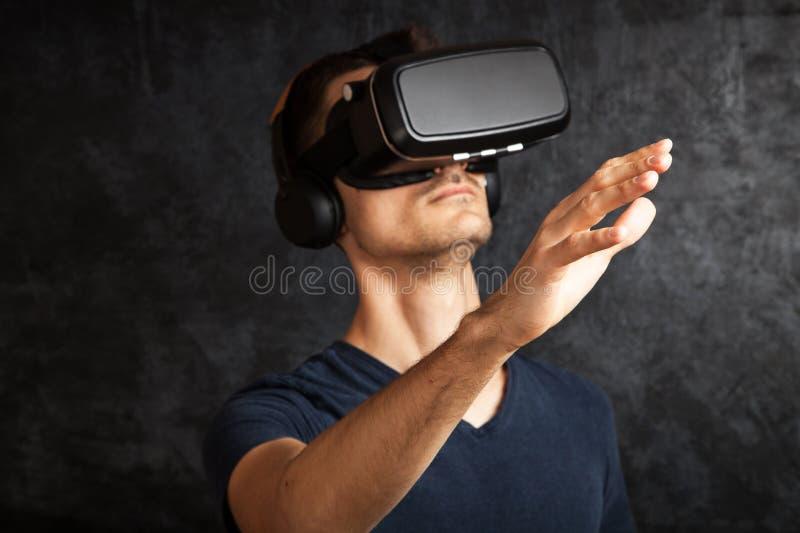 Homme employant des lunettes de VR photo stock