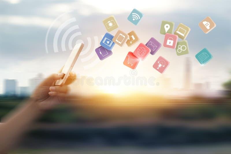Homme employant des paiements mobiles pour le client en ligne d'achats et d'icône image stock