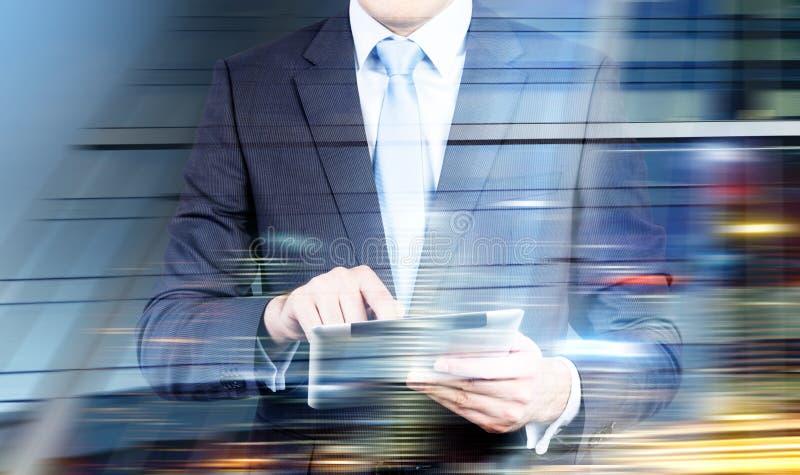 Homme employant la double exposition de comprimé images stock