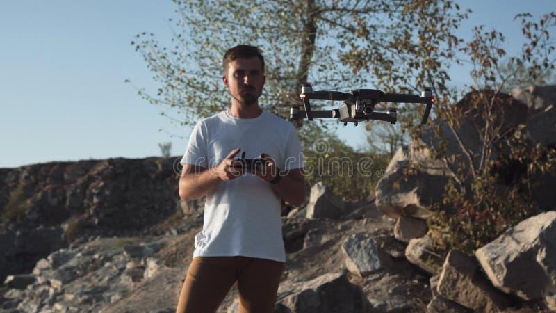 Homme employant le bourdon sur le rivage photos stock