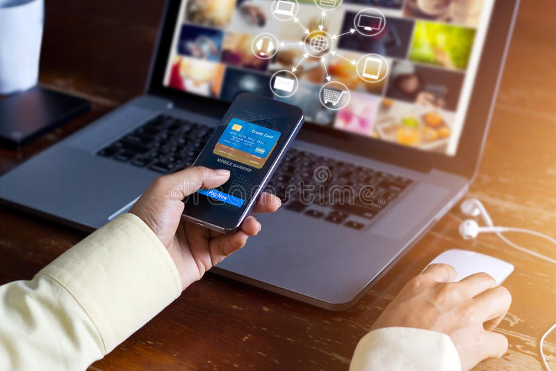 Homme employant les achats de paiements mobiles et la connexion réseau en ligne de client d'icône sur le canal d'écran, de m-opér photographie stock libre de droits