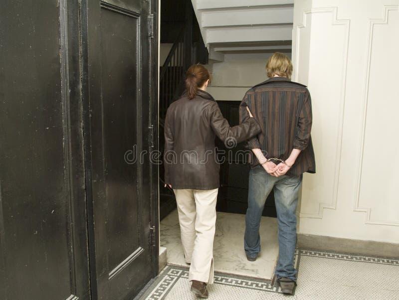 Homme en état d'arrestation dans handcuffs_1 image libre de droits