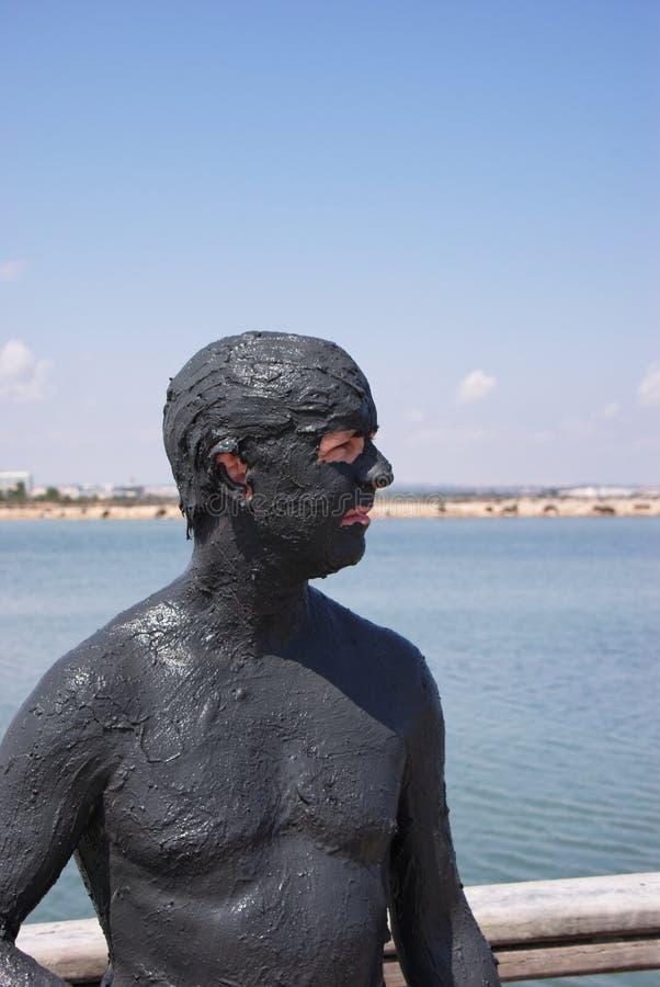 Homme en bonne santé à la station thermale de boue images stock