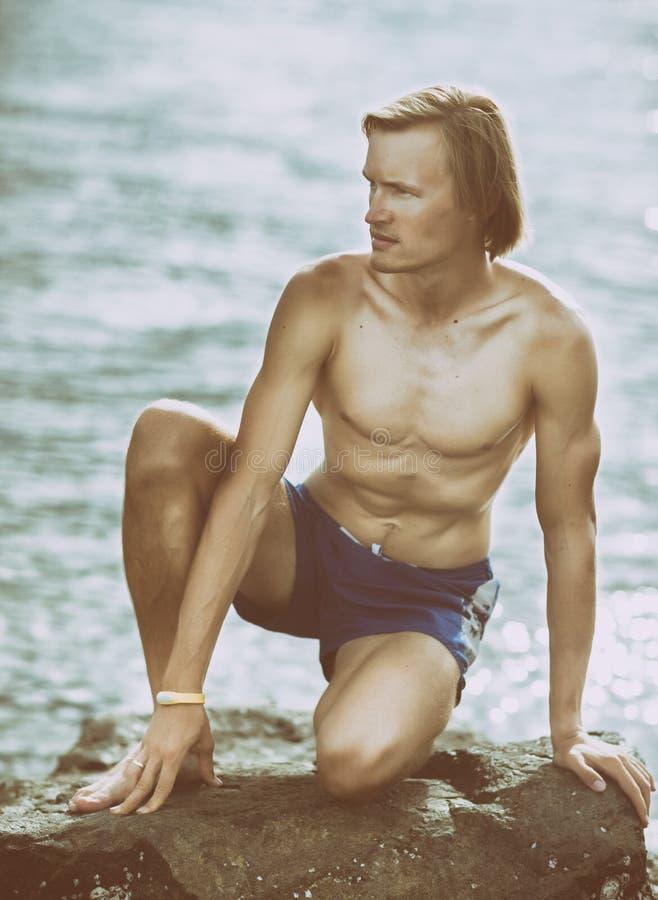 Homme en bonne santé de forme physique près de la mer image libre de droits