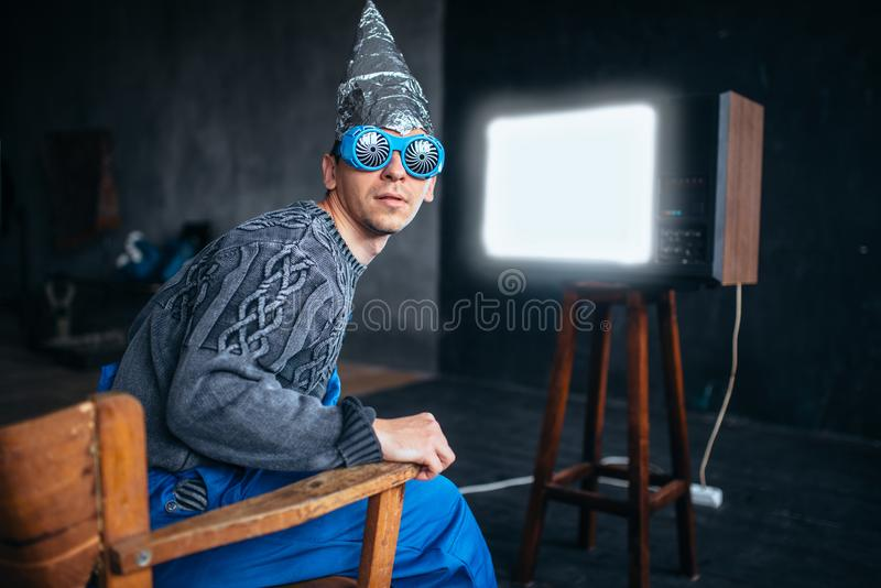 Homme en casque de feuille d'étain et verres d'hypnotiser, UFO photo stock