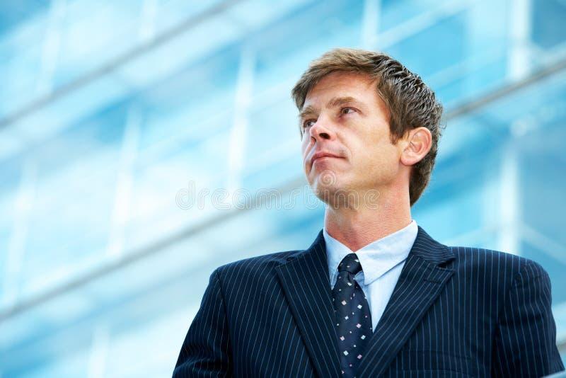 Homme en dehors de l'immeuble de bureaux photographie stock