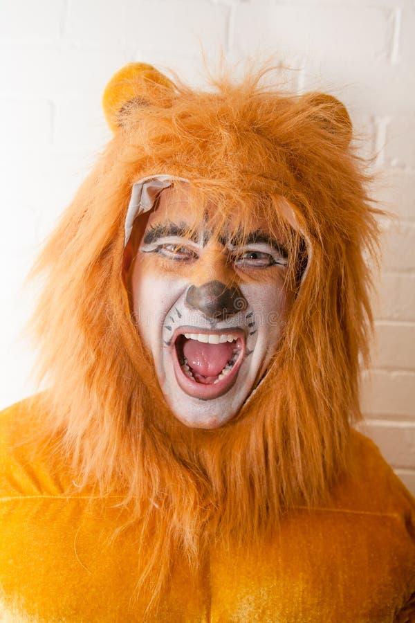 Homme en Lion Costume photographie stock