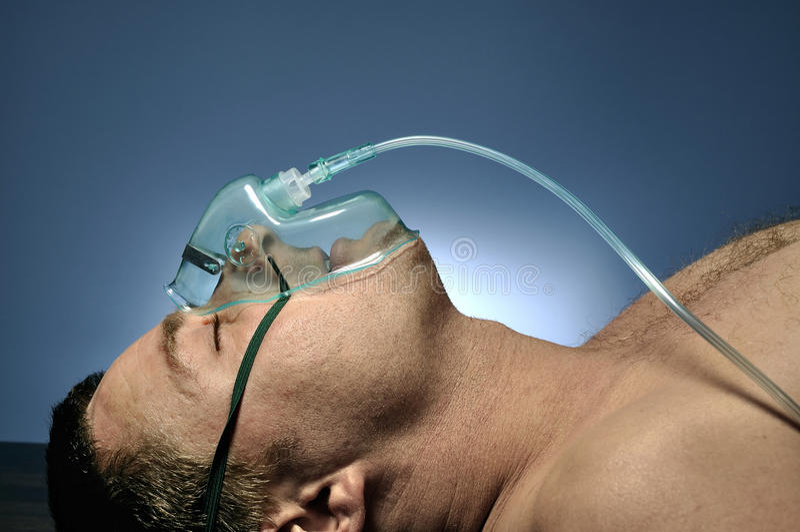 Homme en oxygène de masque. photographie stock libre de droits