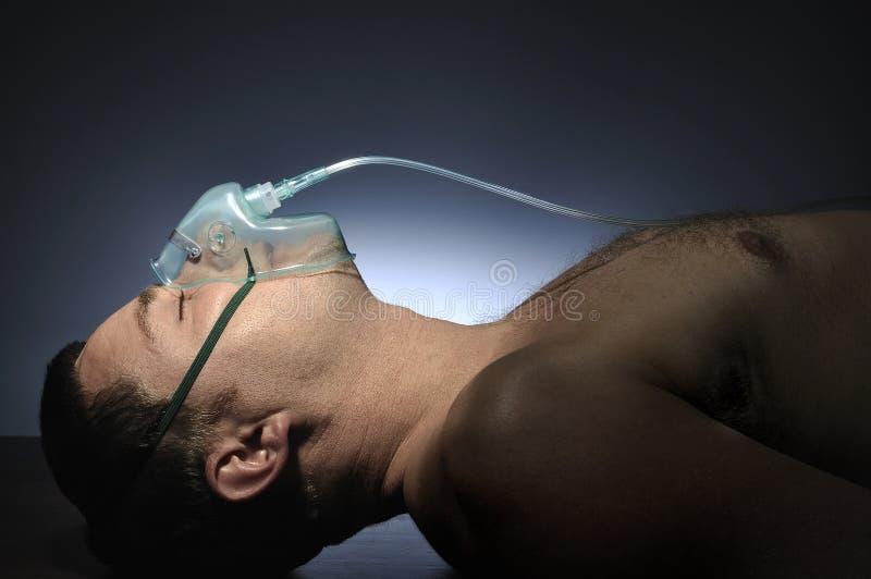 Homme en oxygène de masque. images stock