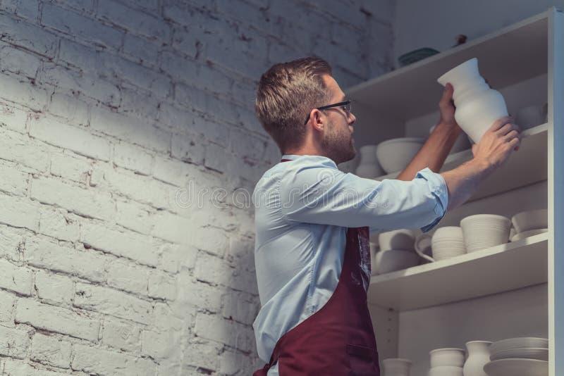Homme en poterie photo stock