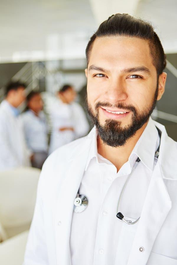 Homme en tant que médecin en chef avec la responsabilité photo libre de droits