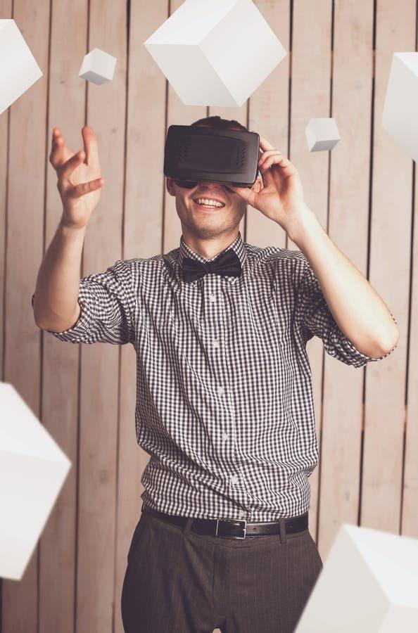 Homme en verres de VR image stock