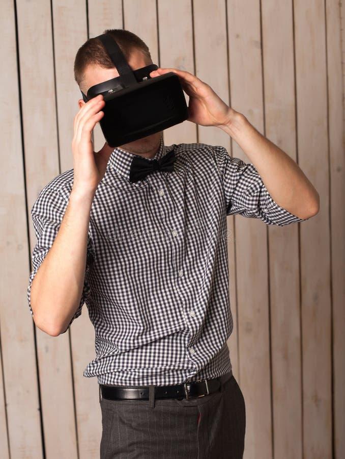 Homme en verres de VR images stock