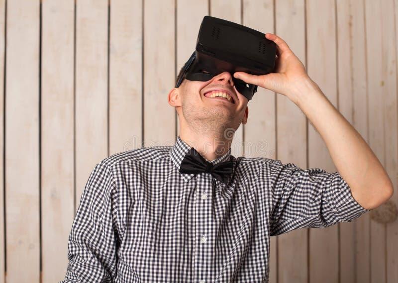Homme en verres de VR photographie stock