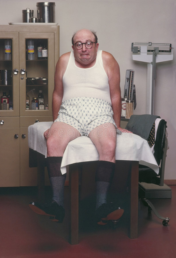 Homme enfoncé sur la table dans l'office#2 du docteur image libre de droits