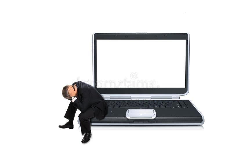 Homme enfoncé sur un ordinateur photographie stock libre de droits