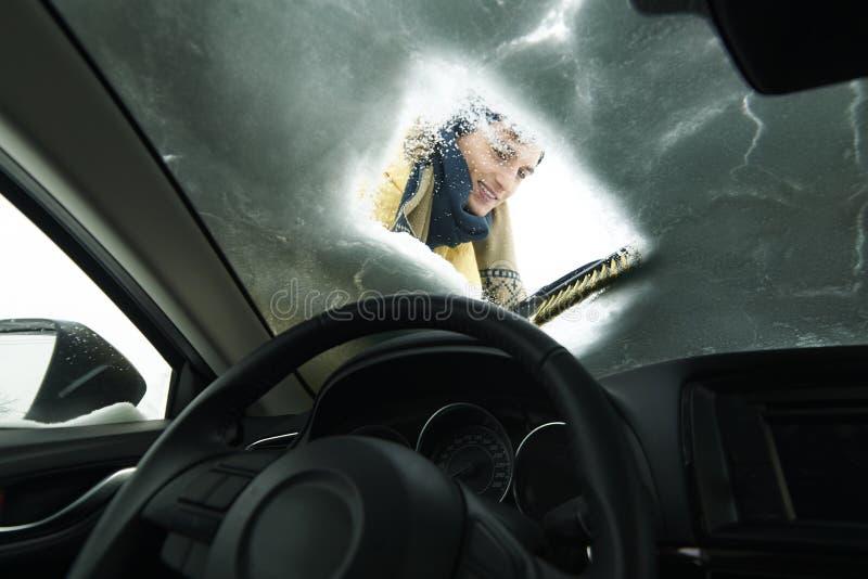 Homme enlevant la neige outre de la voiture images stock