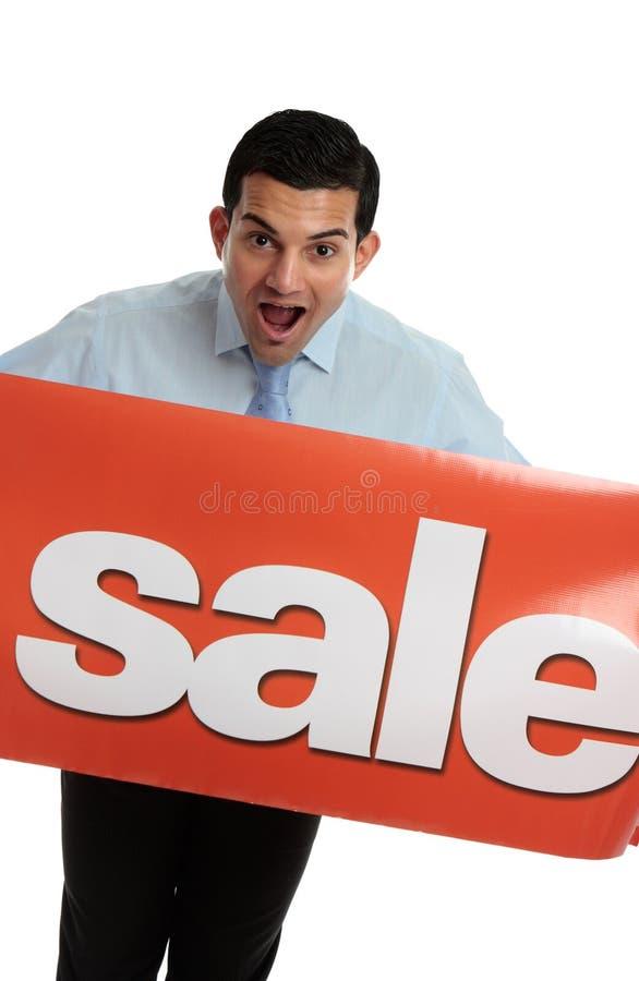 Homme enthousiaste avec le signe de VENTE photographie stock