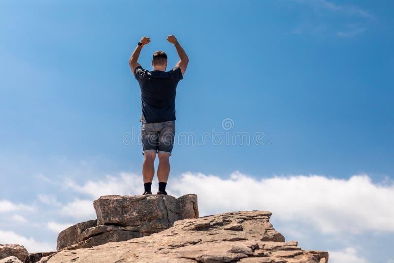 Homme enthousiaste sur le dessus dans un beau paysage d'été image stock