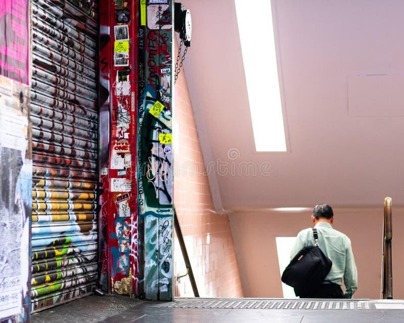 Homme entrant dans la station de métro souterraine photos stock