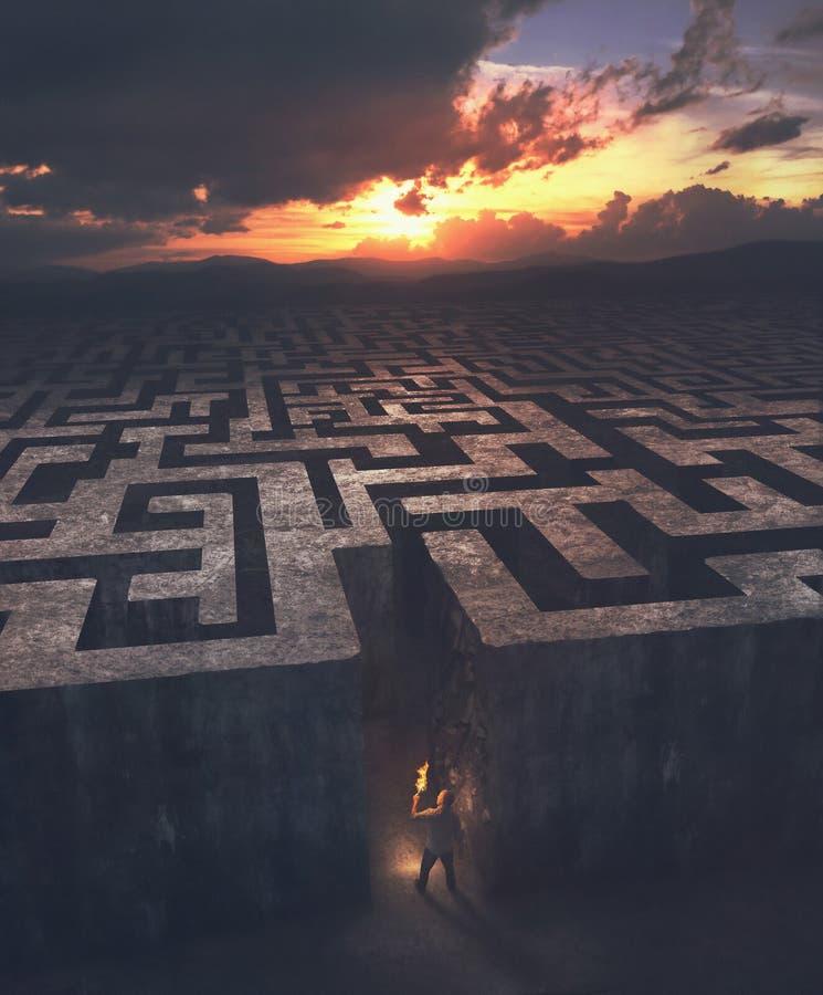 Homme entrant dans un labyrinthe photographie stock libre de droits