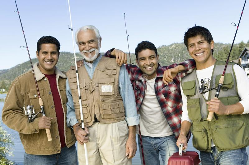 Homme entre deux âges avec trois fils en voyage de pêche photo libre de droits