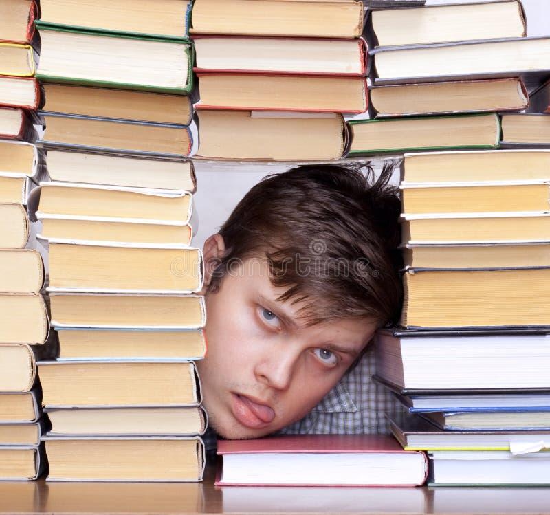 Homme entre les livres photo stock