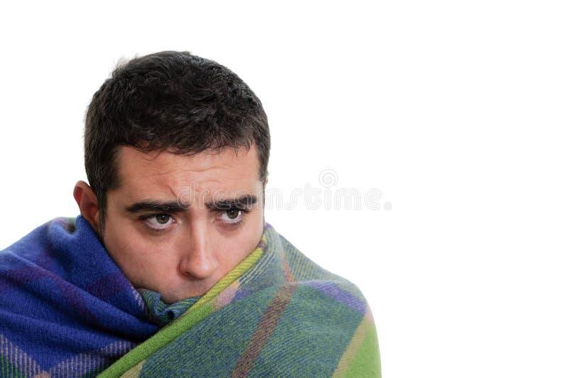 Homme enveloppé dans une couverture chaude photos stock