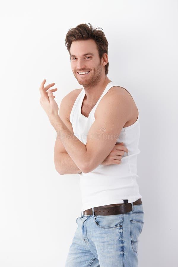 Homme essentiel souriant heureusement à l'appareil-photo photos stock
