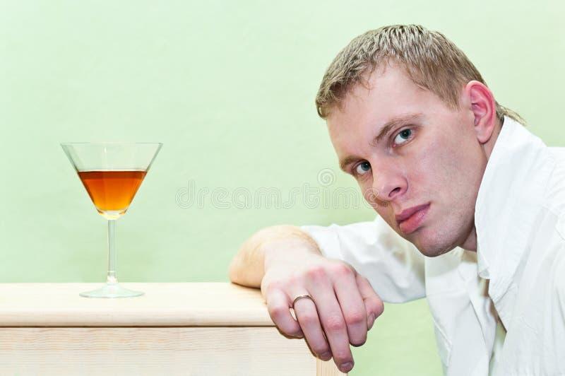 Homme et alcool images libres de droits