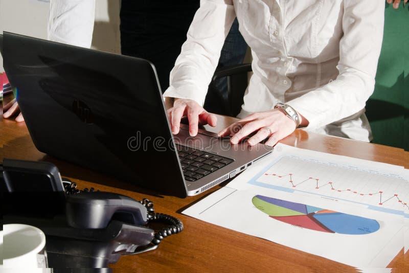 Homme et cadres supérieurs féminin travaillant sur l'ordinateur portable image libre de droits