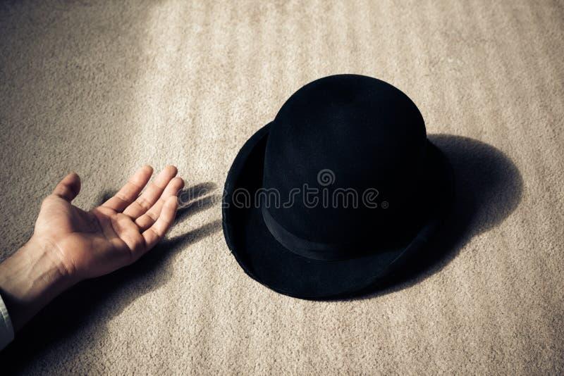 Homme et chapeau morts sur le plancher photo libre de droits