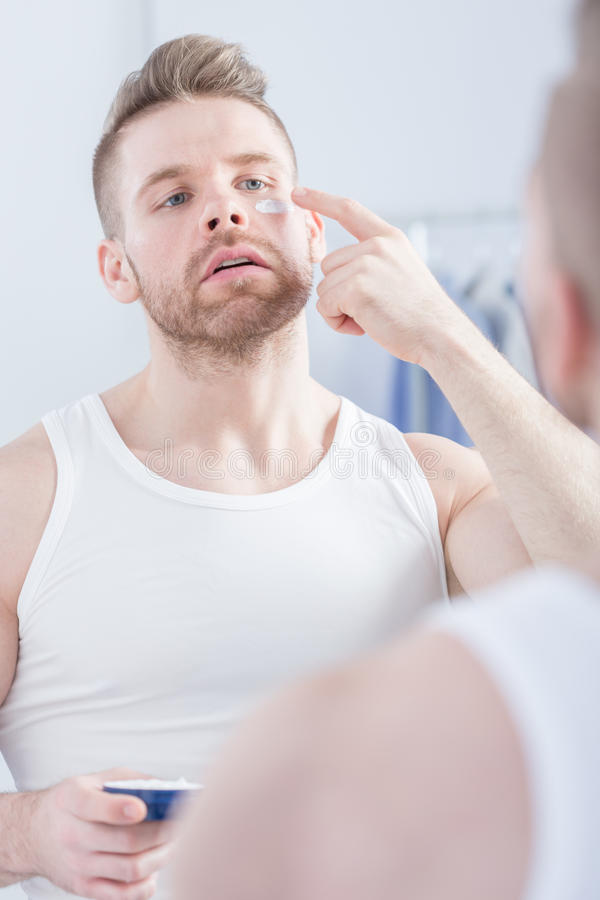 Homme et crème narcissiques photographie stock libre de droits