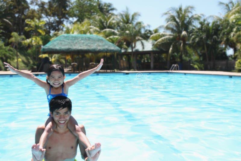 Homme et enfant dans une piscine photo libre de droits