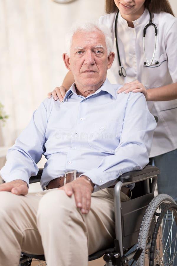 Homme et fauteuil roulant photos stock