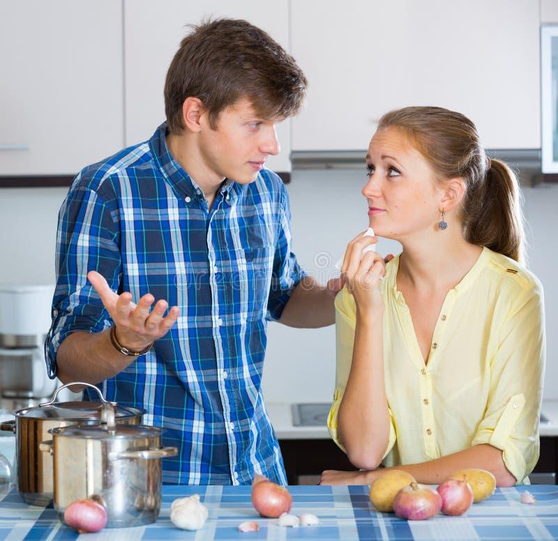 Homme et femme au foyer frustrante ayant le mauvais argument photo stock