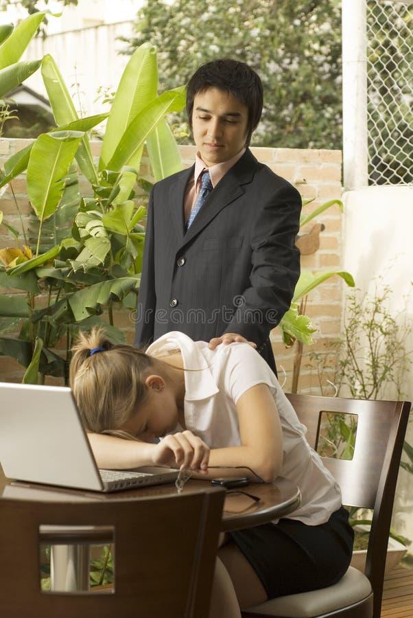 Homme et femme avec l'ordinateur portatif images stock