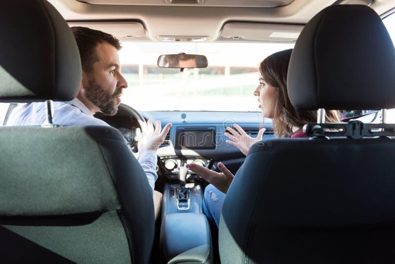 Homme et femme combattant dans la voiture photo libre de droits