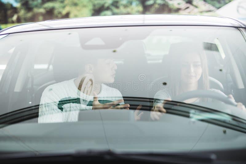 Homme et femme criards d'entraînement dans une voiture images stock