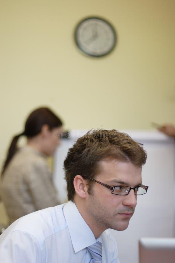 Homme et femme d'affaires travaillant dans le bureau image stock