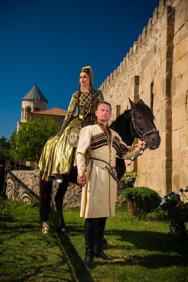 Homme et femme dans la robe nationale de la Géorgie photos stock
