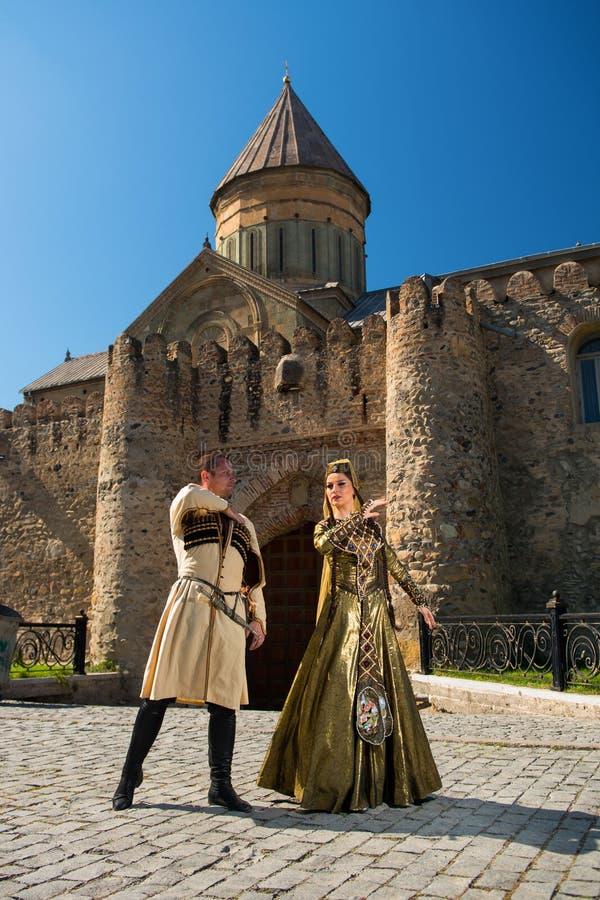 Homme et femme dans la robe nationale de la Géorgie images libres de droits