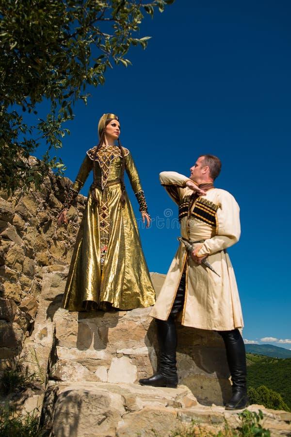 Homme et femme dans la robe nationale de la Géorgie image stock