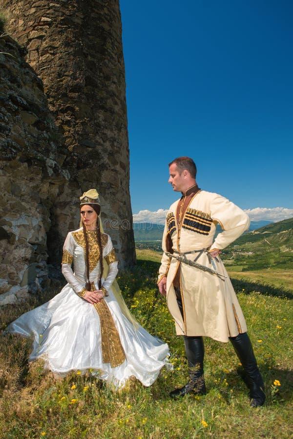 Homme et femme dans la robe nationale de la Géorgie photographie stock