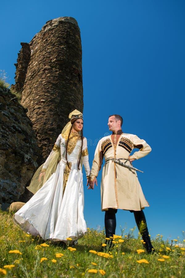 Homme et femme dans la robe nationale de la Géorgie images stock