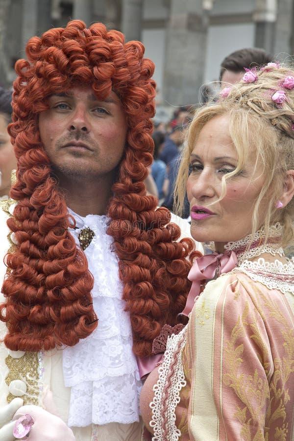 Homme et femme dans le costume historique image libre de droits