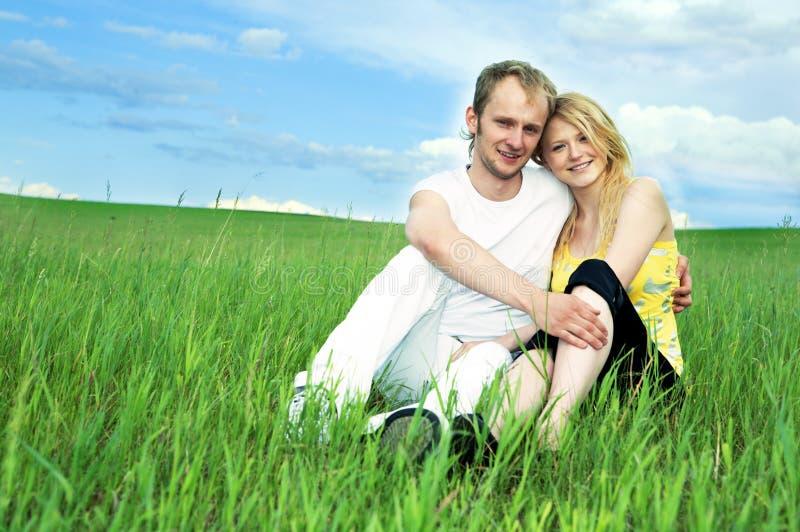 Homme et femme dans le domaine vert photo libre de droits